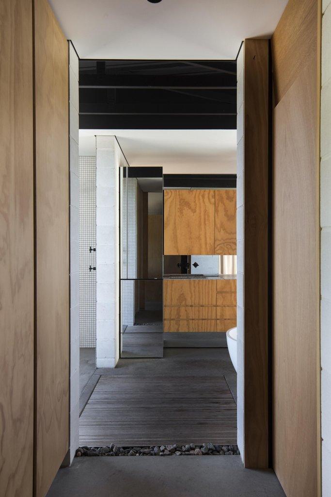 Главная ванная комната рядом с хозяйской спальней.