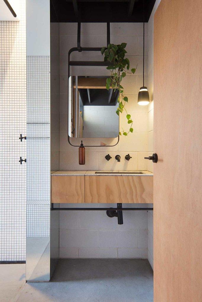Гостевая ванная комната. В ванной комнате в местах подверженных воздействию воды использован мелкий белый кафель защищающий стеновые блоки от воздействия влаги, разрушения и изменения цвета.