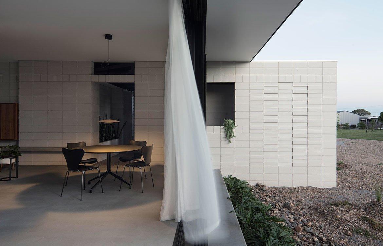 Хорошо продуманные перегородочные стены позволяют столовой оставаться достаточно приватной, даже при открытом фасадном окне.