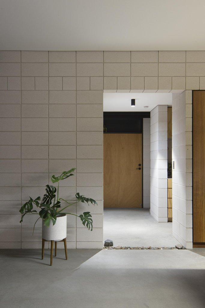Коридор гостевого крыла дома ведущий к гостевой спальне, санузлу, прачечной и заднему выходу.