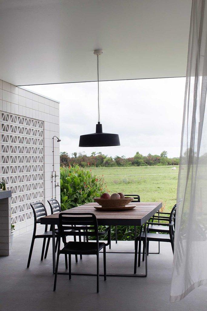 Обеденный стол на террасе - одно из любимых мест семьи. Этому способствует роскошный вид на окружающие сельские пейзажи.