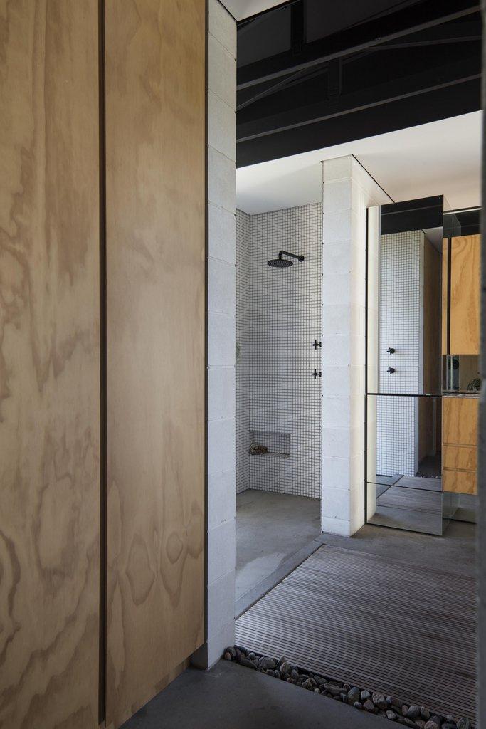Слева в главной ванной комнате расположен двойной душ.