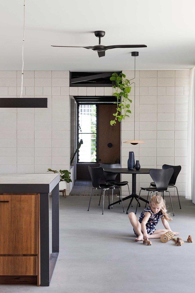 Столовая расположилась в углу просторной жилой комнаты у окна недалеко от кухни.