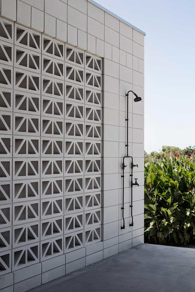 Уличный душ просто необходимый элемент в доме расположенном в теплом климате.