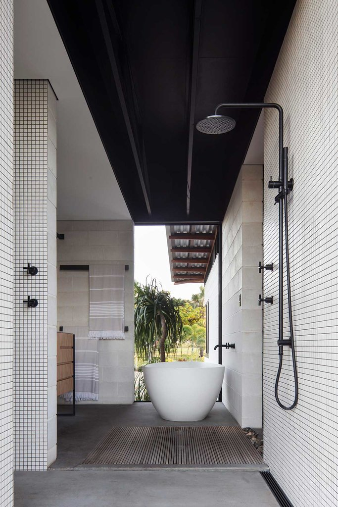 Ванная комната рядом с хозяйской спальней, как и жилая комната проветривается насквозь. Что может быть лучше для дома в тропическом климате чем ванная комната на свежем воздухе.