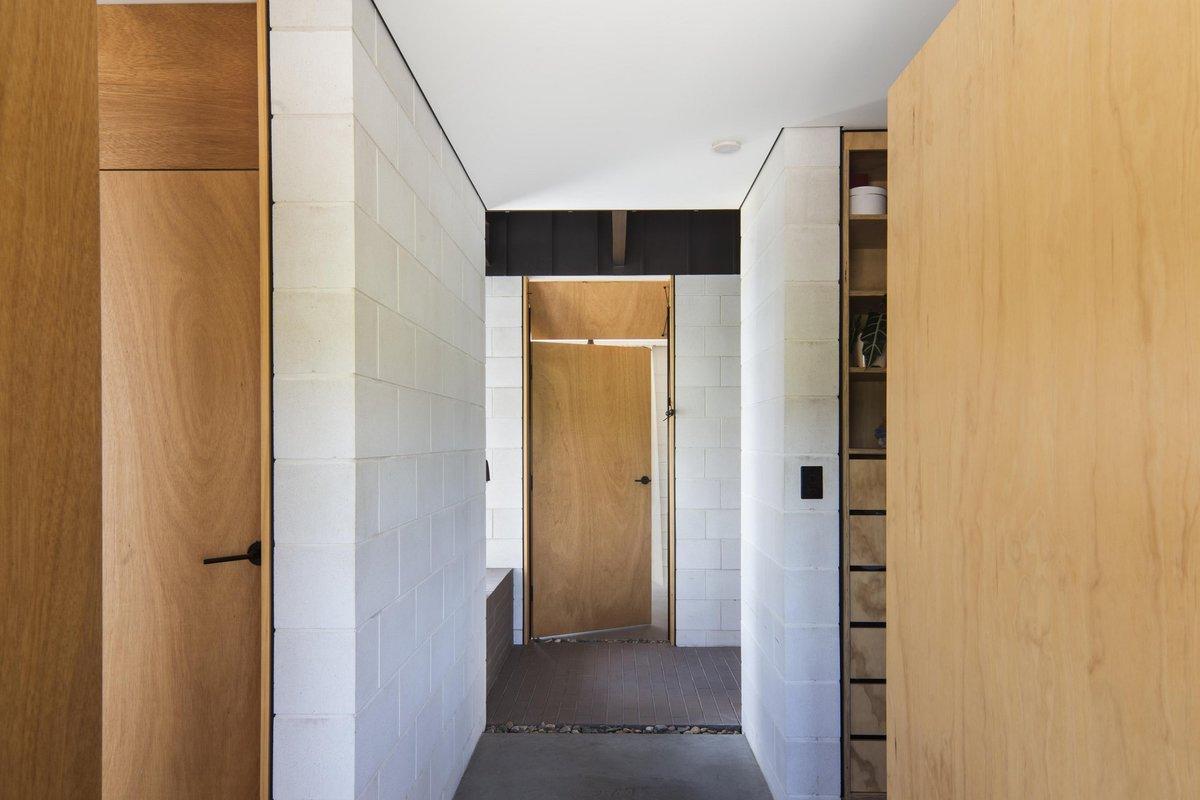 Вид из домашнего офиса. Слева ванна и туалет (видна дверь), справа гардероб. Прямо  видна дверь на арт студию.