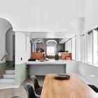 Столовая отделена от кухни бетонной барной стойкой, а уровень пола кухни существенно выше, чем в столовой.