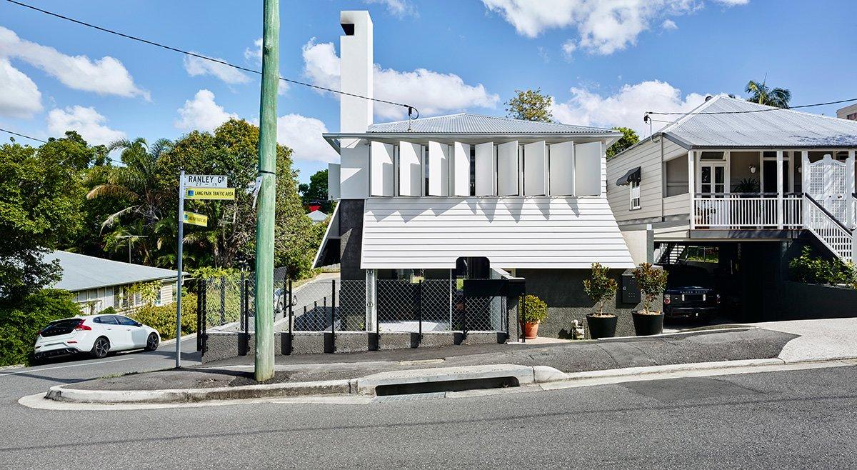 Белый фасад здания украшен уникальными белыми ставнями, которые не только закрывают окна от прямых солнечных лучей, но и могут полностью закрыть окна, при необходимости.