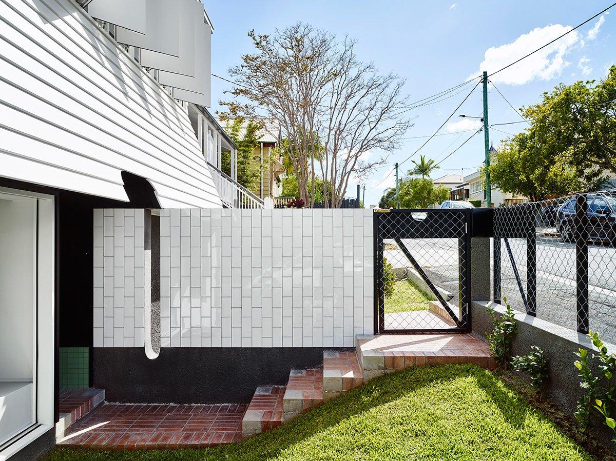 Дом расположен на небольшом склоне, поэтому ступеньки встречают гостей прямо за калиткой.