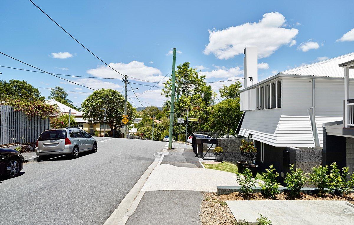 Если смотреть на дом вдоль улицы, то можно заметить необычные наклонные стены дома.
