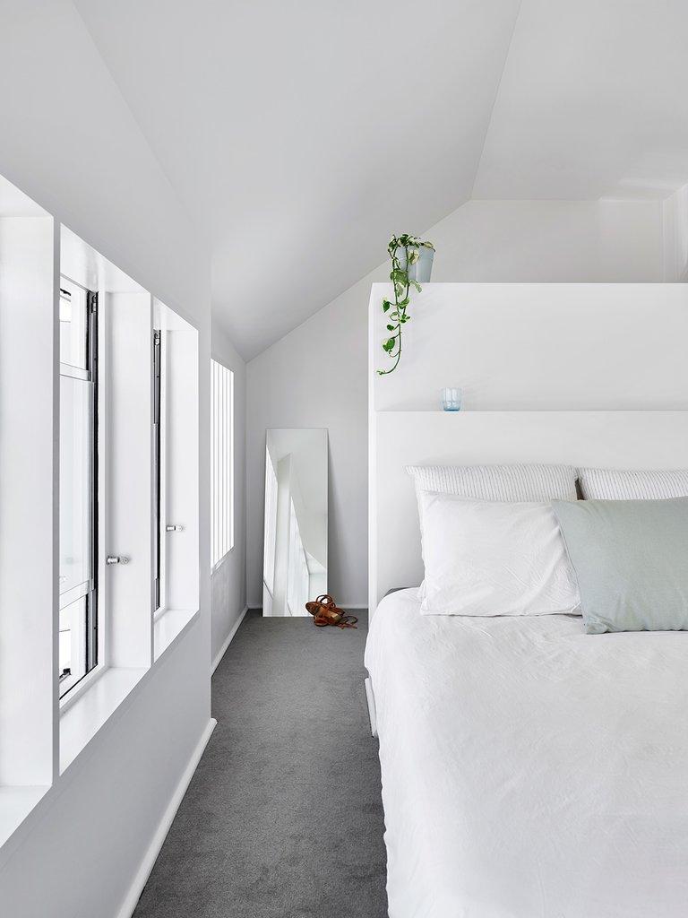Главная спальня, как можно было ожидать, также вся белая с серым полом. Однако пол уже не бетонный, а с серым ковровым покрытием