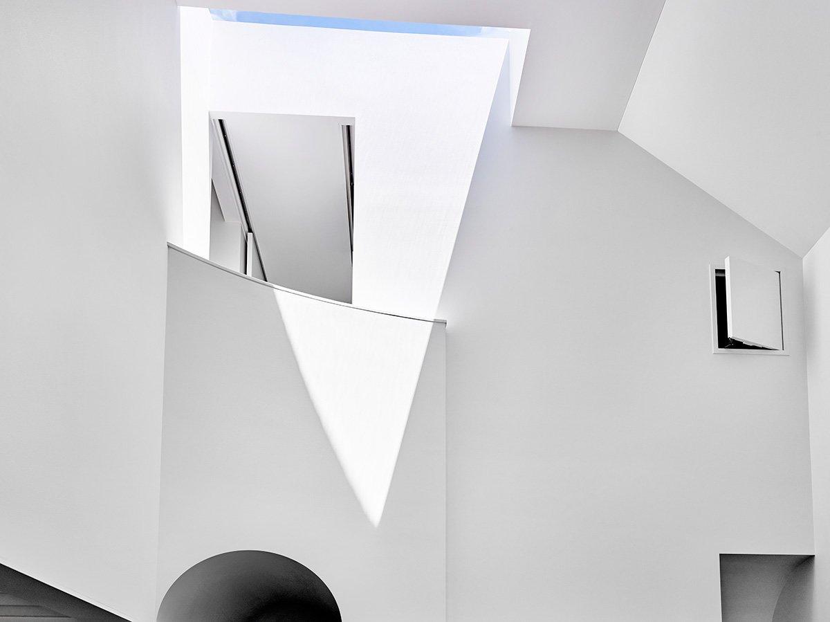 Примененные в разных местах дома световые проемы в крыше существенно повышают инсоляцию и без того светлого дома. Дом заполняется рассеянным солнечным светом