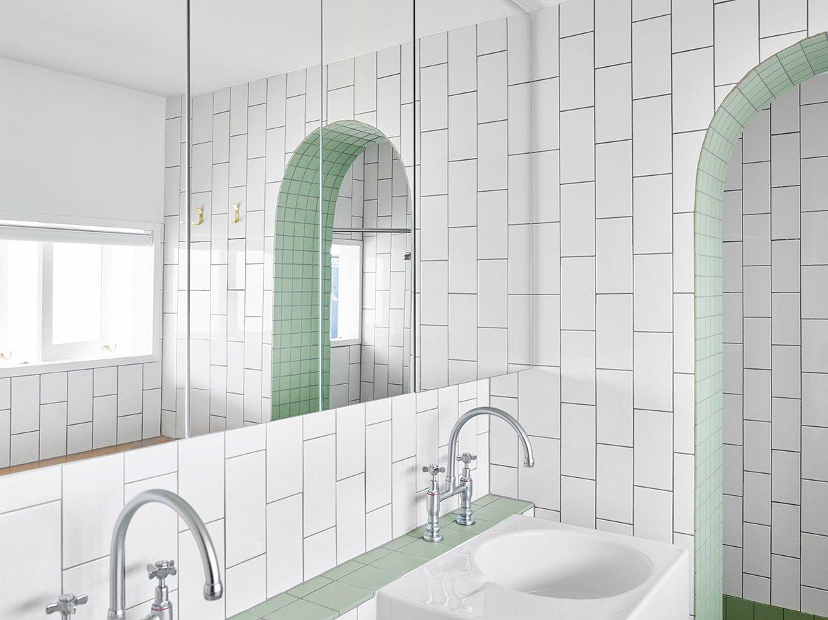 Шкафы с зеркальными дверцами хорошо подходят для минималистских интерьеров ванной комнаты.