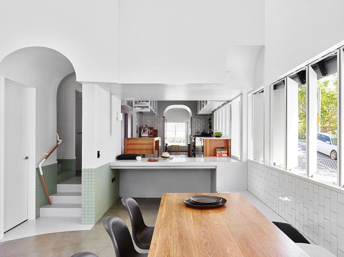 Столовая отделена от кухни бетонной барной стойкой, а уровень пола кухни существенно выше, чем в столовой