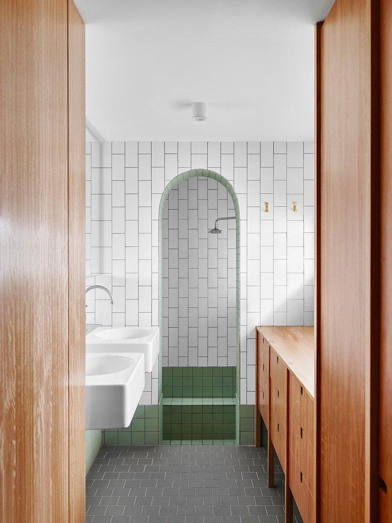 Сводчатый проем в ванной ведет в душевую.