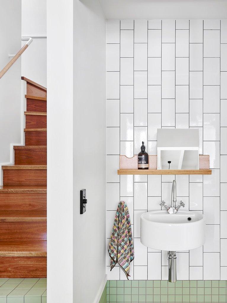 Умывальник расположенный у лестницы между кухней и столовой. Фактически он находится на кухне.