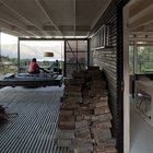 Часть широкой террасы, у главного входа в дом, используется для хранения дров. (архитектура,дизайн,экстерьер,интерьер,дизайн интерьера,мебель,минимализм,современный,вход,прихожая,маленькая прихожая,идеи прихожей,оформление прихожей,мебель для прихожей,вешадка для прихожей,на открытом воздухе,патио,балкон,терраса,мебель для террасы,фото террасы,идеи террасы,оформление террасы,гриль,барбекю)