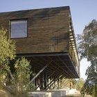 Дом установлен на бетонных столбах с бетонным основанием. Это улучшает обзорность из окон дома. (архитектура,дизайн,экстерьер,интерьер,дизайн интерьера,мебель,минимализм,современный,фасад)
