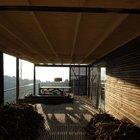 Терраса в утреннем свете. Лучи солнца и тени играют на полу и стенах террасы.