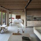 В дачном доме не всегда есть необходимость отделять спальню от жилой комнаты.
