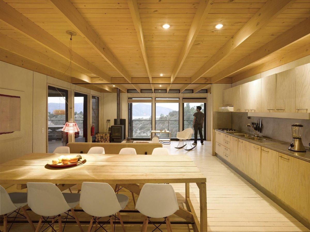 Большие окна как живые постоянно меняющиеся картины украшают светлую дилую комнату.