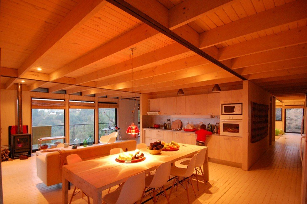 Большой обеденный стол на 8 мест располагает к застольям в большой компании. Хотя гостей можно встречать и на террасе.