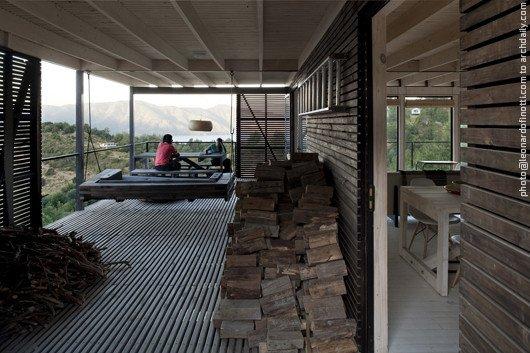 Часть широкой террасы, у главного входа в дом, используется для хранения дров.