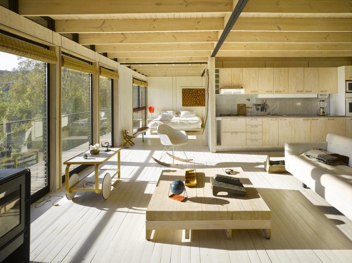 Для дополнительной защиты от солнца на окнах предусмотрены рулонные шторы из соломки.