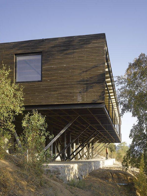 Дом установлен на бетонных столбах с бетонным основанием. Это улучшает обзорность из окон дома