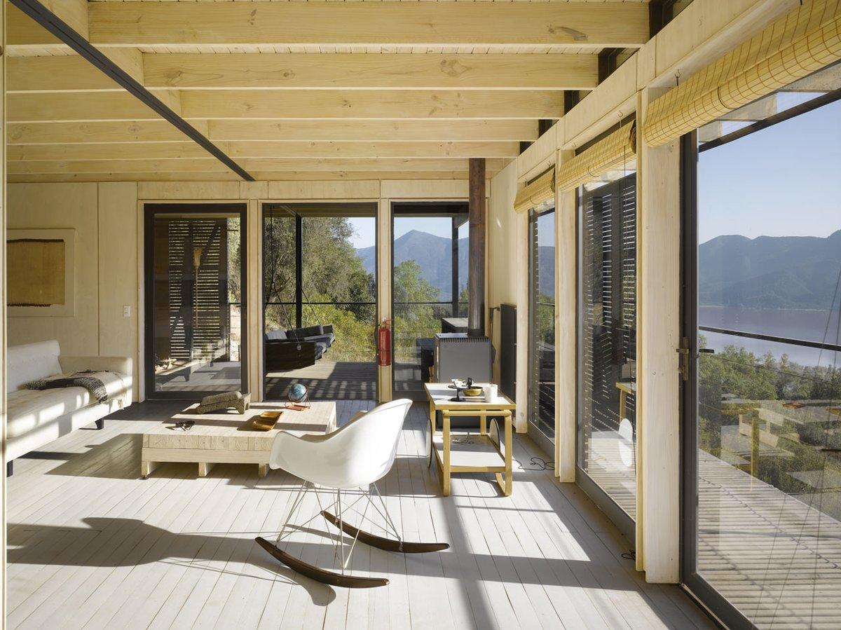 Из гостиной можно выйти на террасу. Для этого предусмотрены широкие распашные двери.