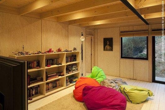 Медиа комната или игровая удобно расположена рядом с двумя детскими спальнями
