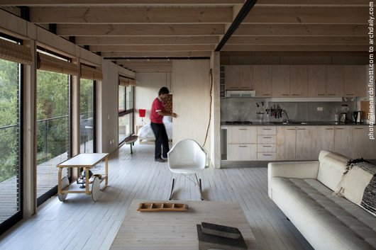 На случай, когда необходимость от делить спальню от жилой комнаты возникает, существует выдвижная фанерная дверь.