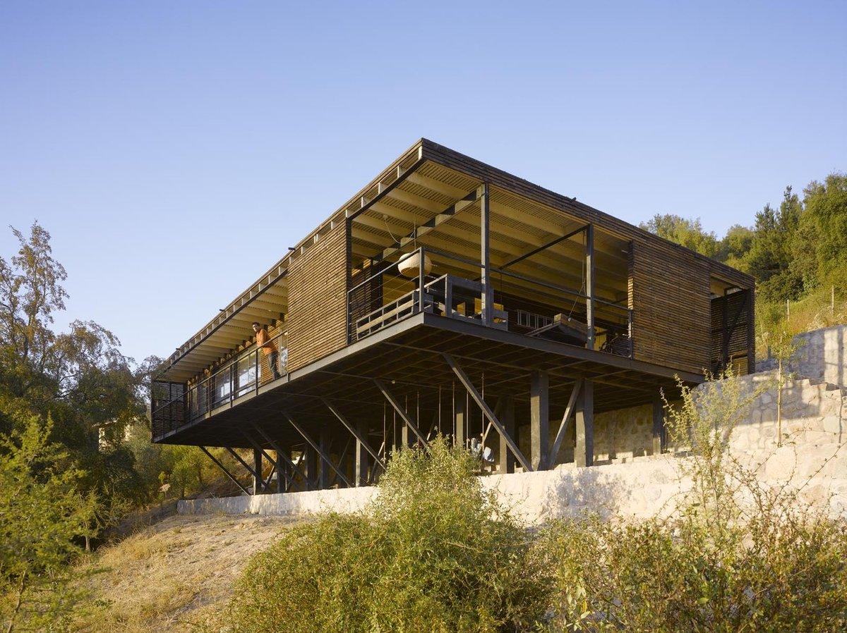 Необязательное поднятие дома над склоном не только улучшает обзорность из окон и с террас дома, но и визуально облегчает дом, делает конструкцию легкой и парящей.