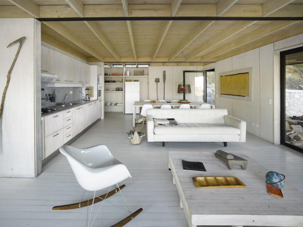 Открытая планировка - один из немногих доступных вариантов использования небольшой жилой площади. Так кухня практически не занимает места в жилой комнате.