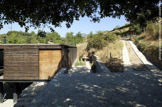 Подъезд к дому, выложенная гранитом проковочная площадка и вход в дом через террасу