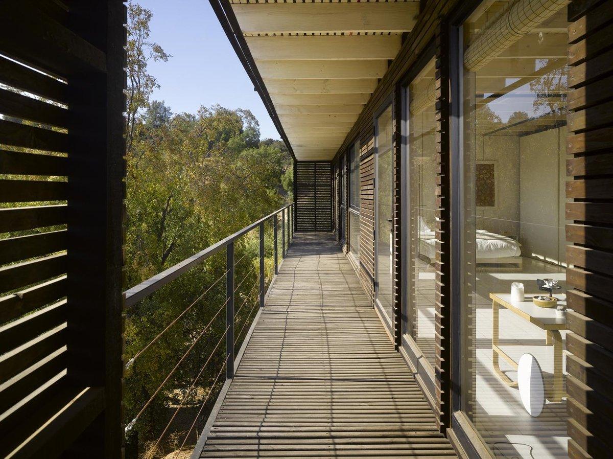 Узкая терраса служит, скорее, для защиты внутренних помещений дома от солнца. Однако на нее можно попасть не только с большой террасы, но и из одной из спален. Странно, что не из всех.