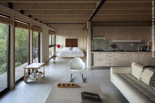 В дачном доме не всегда есть необходимость отделять спальню от жилой комнаты