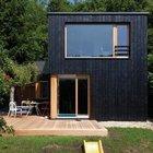 Просторная терраса рядом с гостиной - необходимый атрибут каждого комфортного дачного домика.