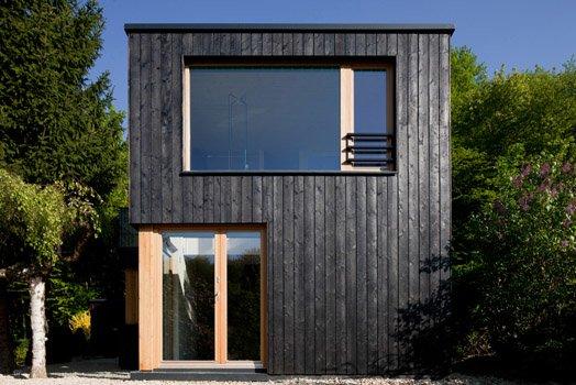 Большая площадь остекления улучшает освещенность внутренних помещений и позволяет видеть сад из любой точки в доме. Таким образом размывается граница между внутренним и внешним пространством.