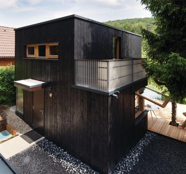 Компактный черный дачный домик с двумя спальнями на 35-ти квадратных метрах земли.