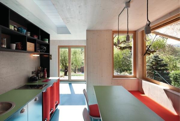 Кухня-столовая не отделена дверью от гостиной. А обеденный стол в ровень с кухонной рабочей столешницей добавляет ценную рабочую поверхность в маленькой кухне.