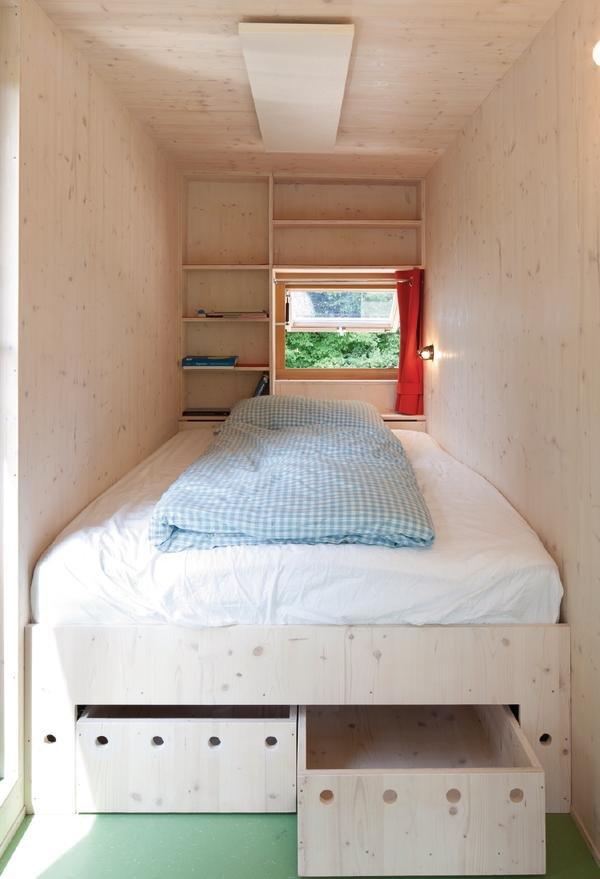 Спальня дочки владельца дома состоит почти только из кровати. Под кроватью вместительные ящики, а в изголовье полочки для книг и окно.