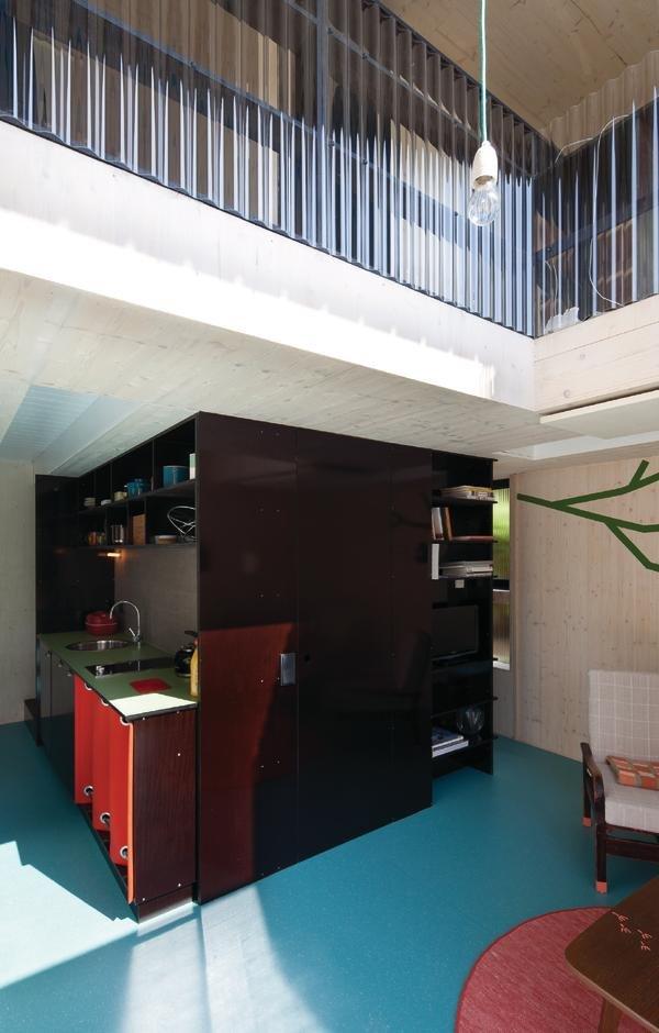 Ванная комнатка с душем и туалетом, кухня, лестница и кладовка под лестницей компактно разместились в центре дома. Второй свет над гостиной визуально увеличивает небольшую гостиную.
