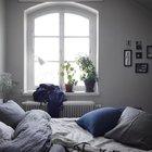 Достаточно большое окно в спальне практически не оставляет сомнений в главенствующей декоративной роли окна между кухней и спальней в изголовье кровати.