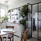 Двери из кухни в спальню также стеклянные. Решение спорное по практичности, но, безусловно, эффектное.