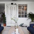 Интерьер гостиной также украшен межкомнатным окном, поэтому вне зависимости от того откуда светит солнце, оно буквально просвечивает всю квартиру.