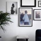 Необычно видеть пустую рамку в качестве декора на стене рядом с фотографиями. (скандинавский,скандинавский интерьер,скандинавский стиль,архитектура,дизайн,экстерьер,интерьер,дизайн интерьера,мебель,квартиры,апартаменты,гостиная,дизайн гостиной,интерьер гостиной,мебель для гостиной,фото гостиной,идеи гостиной)