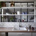 Окно за кухонными полками придает композиции глубины и превращает утилитарные полки в нечто большее. (скандинавский,скандинавский интерьер,скандинавский стиль,архитектура,дизайн,экстерьер,интерьер,дизайн интерьера,мебель,квартиры,апартаменты,кухня,дизайн кухни,интерьер кухни,кухонная мебель,мебель для кухни,фото кухни)