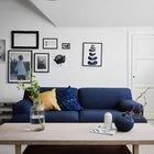Журнальный столик в центре гостиной между двумя диванчиками. (скандинавский,скандинавский интерьер,скандинавский стиль,архитектура,дизайн,экстерьер,интерьер,дизайн интерьера,мебель,квартиры,апартаменты,гостиная,дизайн гостиной,интерьер гостиной,мебель для гостиной,фото гостиной,идеи гостиной)