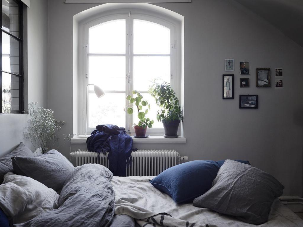 Достаточно большое окно в спальне практически не оставляет сомнений в главенствующей декоративной роли окна между кухней и спальней в изголовье кровати